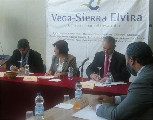 Los alcaldes del Consorcio durante la firma del Pacto por el Empleo.